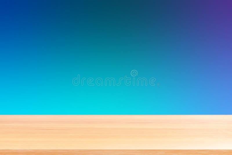Tomma wood tabellgolv på mjuk bakgrund för lutningblått, wood tom främre färgrik lutning för tabellbräde, träplankamellanrum arkivbild