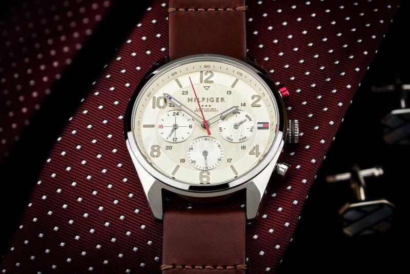 Tommy Hilfiger-horloge die op een band, dure luxe liggen, royalty-vrije stock foto
