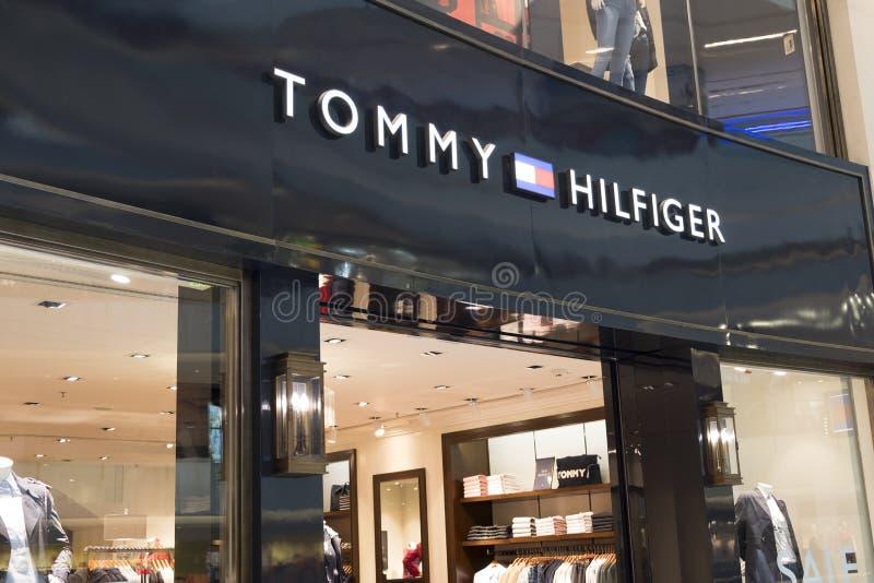 Tommy Hilfiger lager i Hong Kong Tommy Hilfiger Corporation är ett amerikanskt klädföretag arkivfoto