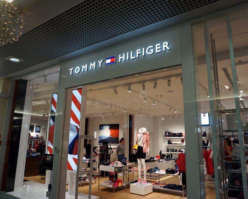 Tommy Hilfiger Lagereingang Tommy Hilfiger ist eine der bekannten Designer Lifestyle-Marken aus den Niederlanden mit einem Netzwe stockfoto