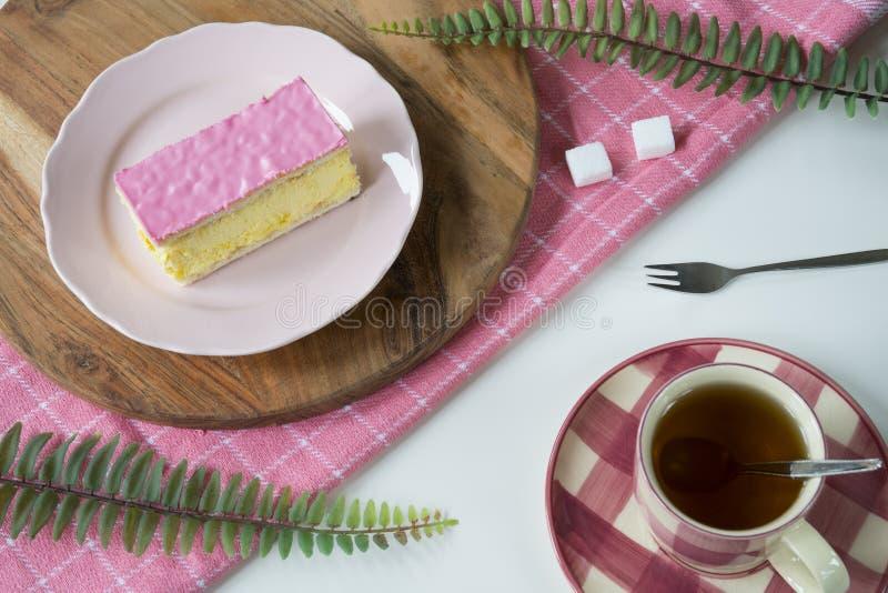 Tompouce dolce olandese tipico della pasticceria di disposizione piana sul piatto rosa, 3 fotografia stock libera da diritti