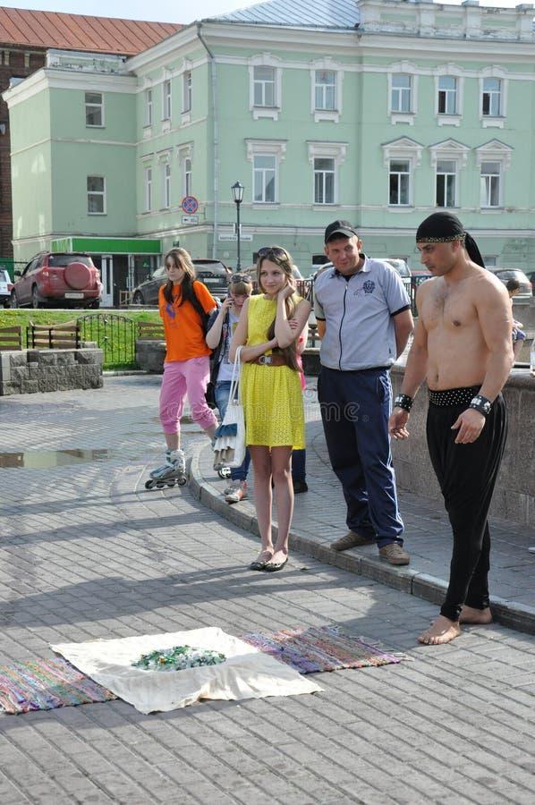 Tomsk, Rusia, en día de verano Cuadrado de Lenin 10 de julio de 2017 Los hombres están mostrando trucos Gente que participa fotos de archivo libres de regalías