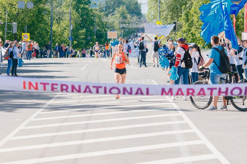 Tomsk, Rusland - Juni 9, 2019: De internationale menigte van de atletenagenten van Marathonjarche is bij afwerking stock foto's