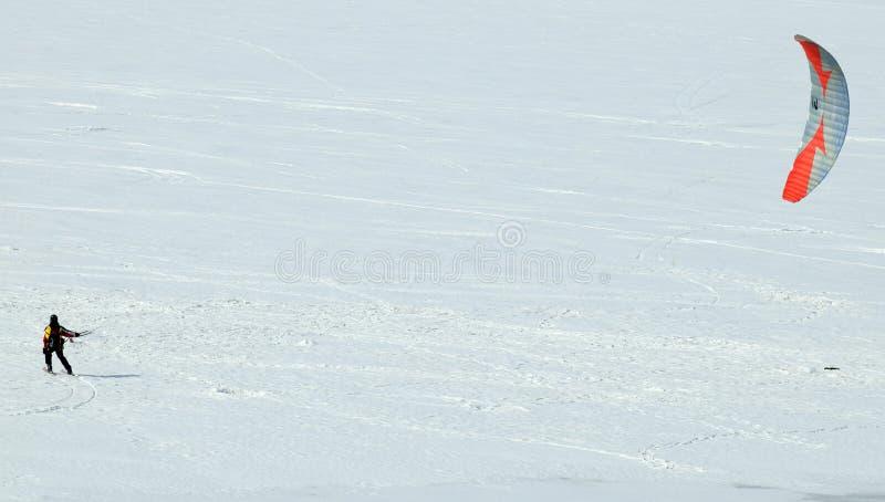 TOMSK, RUSSIE - 13 MARS 2016 : Le skieur monte avec un parachute sur la rivière congelée Tom près de la ville de Tomsk image stock