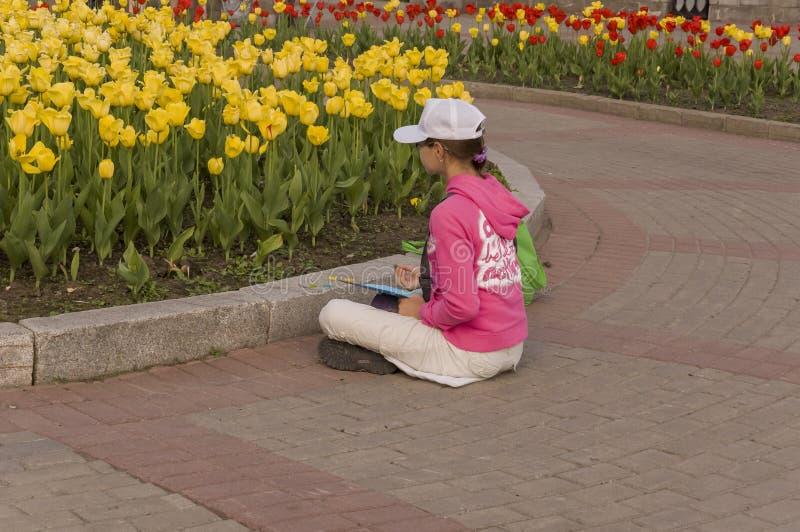 Tomsk, Russie, rue de Lénine 10 juillet 2017 Marche sur les rues de ville en été L'enfant dessine des fleurs de tulipe images stock