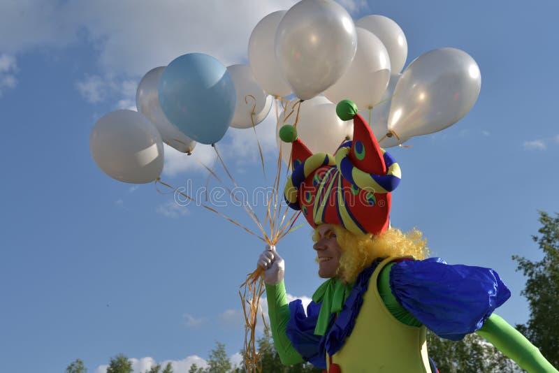 TOMSK RYSSLAND - JUNI 7, 2016: En clown underhåller åhörarna på festivalen royaltyfri foto
