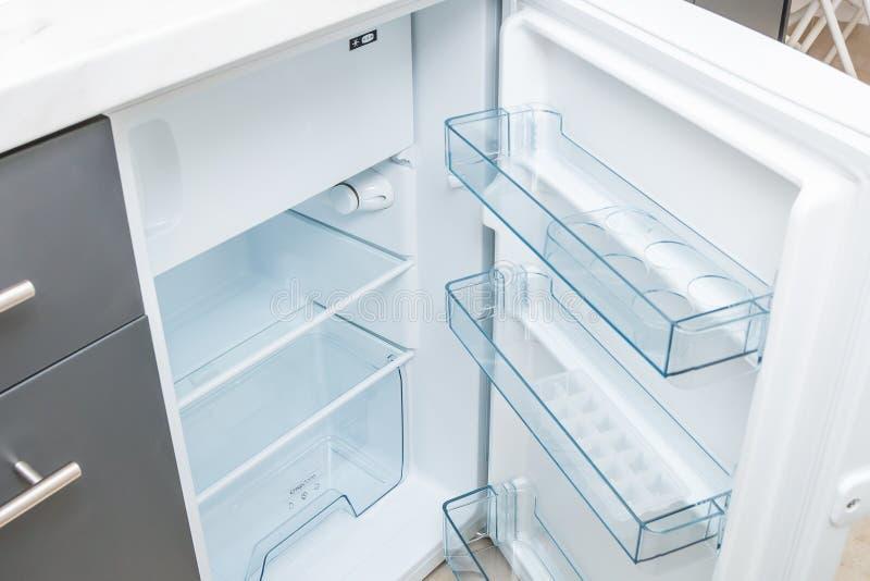 Tomt öppnat kylskåp arkivfoto