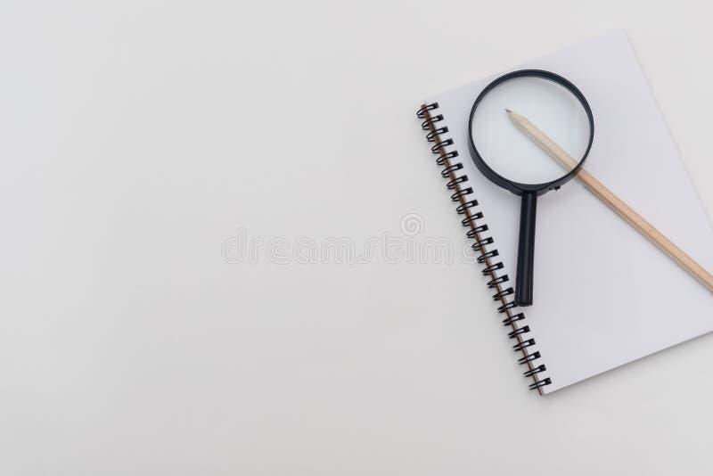 Tomt ark av anteckningsboken med en spiral och pennan p? en vit bakgrund isolerad f?rstorande vektorwhite f?r bakgrund glass illu arkivfoto