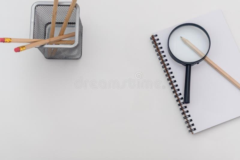 Tomt ark av anteckningsboken med en spiral och pennan p? en vit bakgrund isolerad f?rstorande vektorwhite f?r bakgrund glass illu royaltyfri foto
