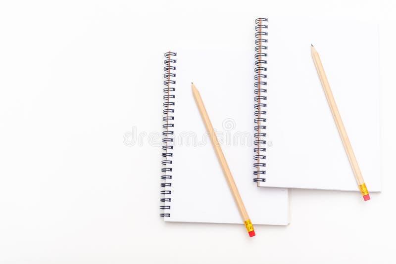 Tomt ark av anteckningsboken med en spiral och pennan p? en vit bakgrund kopiera avst?nd royaltyfri foto