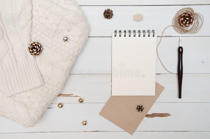 Tomt ark av designpapper för att skriva Juldekorsikt från över flatlay royaltyfria foton