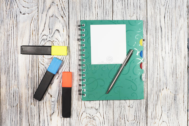 Tomt ark av papper, notepaden, pennan och annan tillförsel arkivbilder