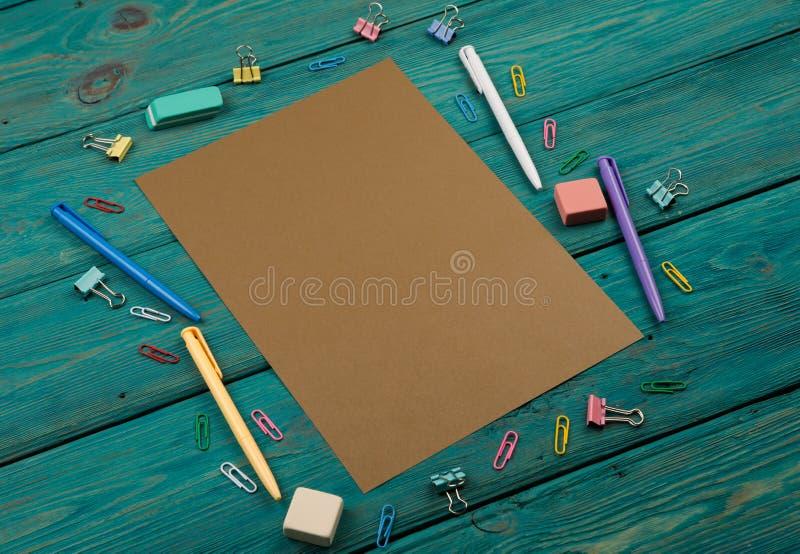 Tomt ark av papper och färgrik kontorstillbehör arkivfoton