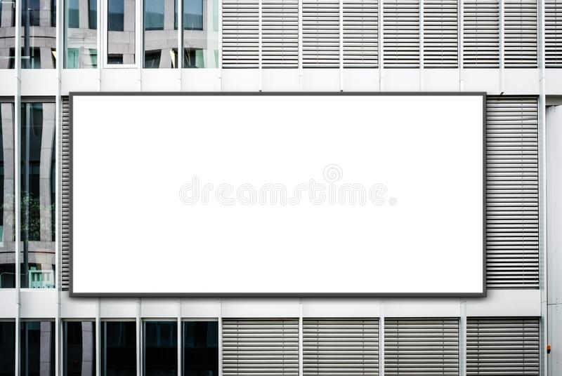 Tomt baner på kontorsbyggnad/den tomma affischtavlan på fasaden - annonseringmodell royaltyfri fotografi