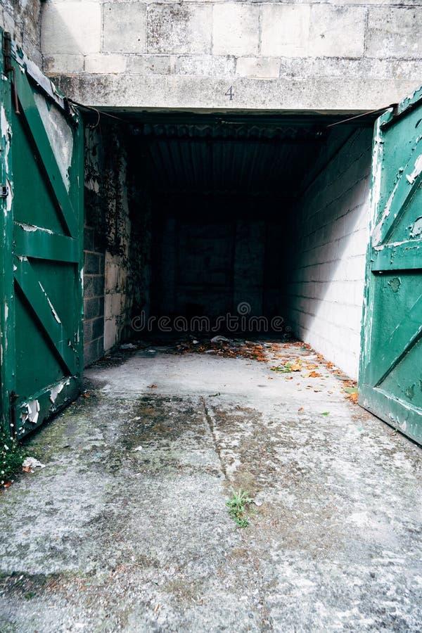 Tomt bilgarage med gröna dörrar royaltyfri fotografi