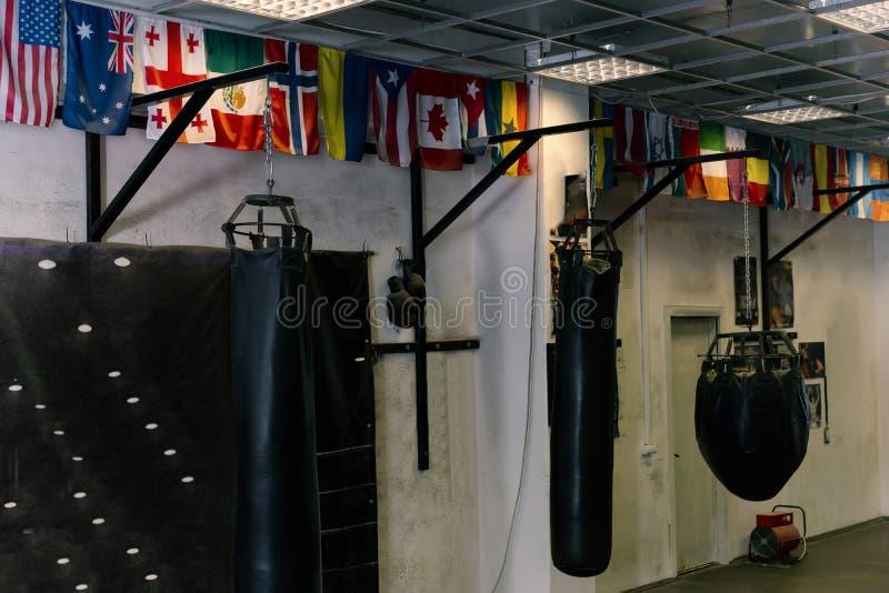 Tomt boxas område i idrottshallen royaltyfri foto