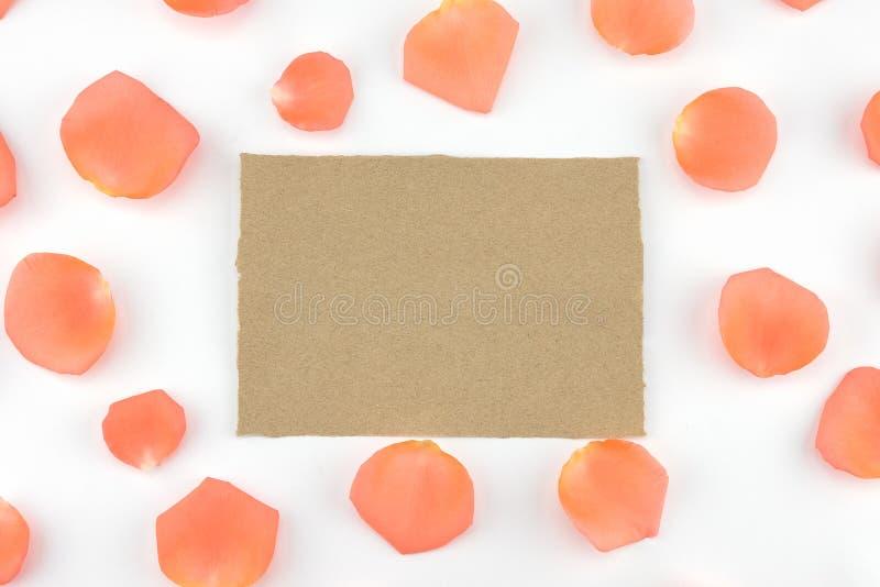 Tomt brunt kort som dekoreras med apelsinroskronblad arkivfoto