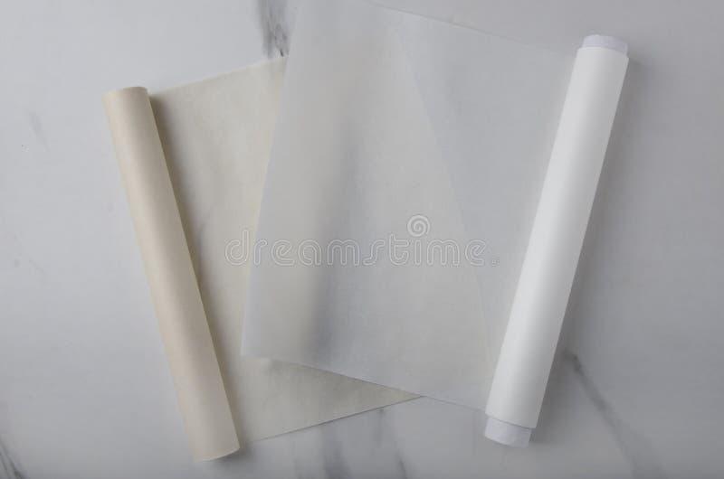 Tomt brunt och vitt stekhett papper på kökskrivbordet fotografering för bildbyråer