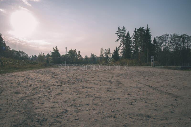 tomt bygdlandskap i höst med fält och ängar och sällsynta träd i bakgrund - retro blick för tappning arkivbilder