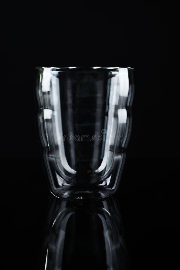 Tomt dubbelt väggexponeringsglas på svart royaltyfri bild