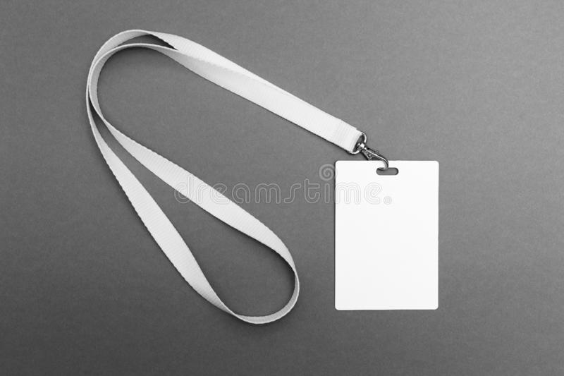 Tomt etikettsID på en grå bakgrund arkivfoton