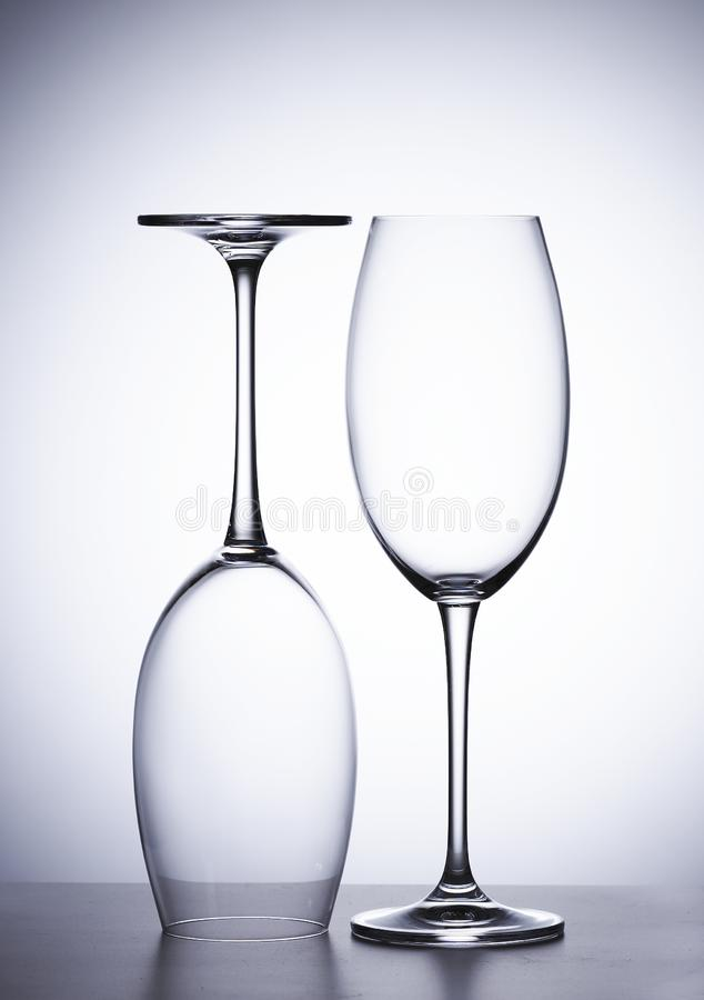 Tomt exponeringsglas av rött vin, två stycken Ens uppochnervänt royaltyfria bilder