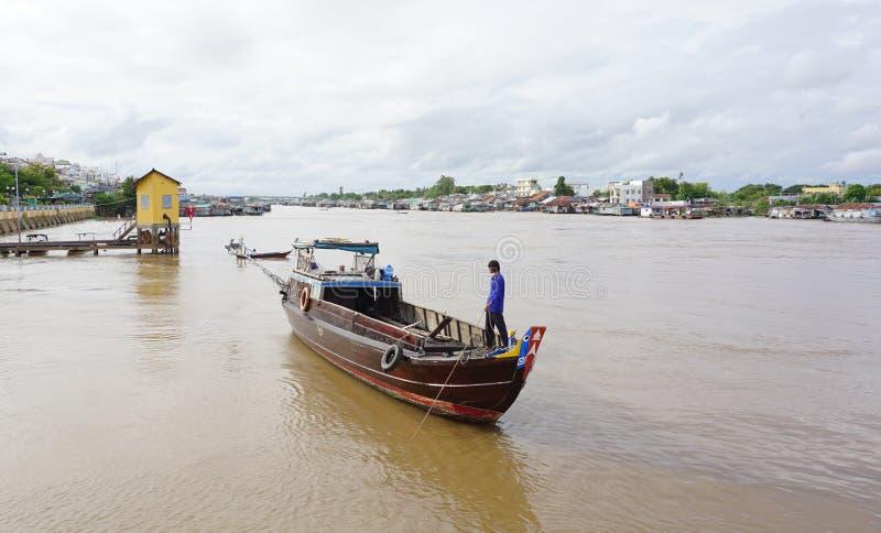Tomt fartyg på Cai Be som svävar marknaden arkivfoto