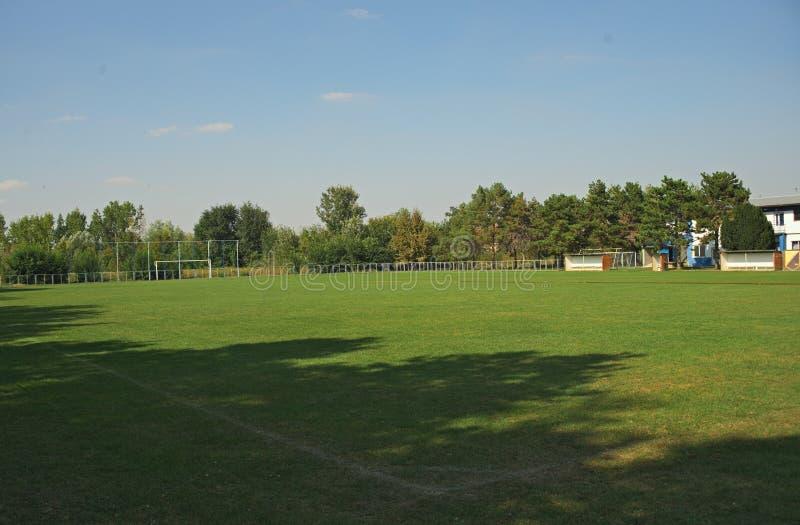 Tomt fotbollfält av ett litet lokalt lag arkivbild