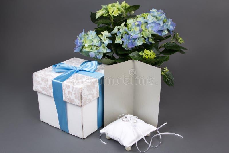 Tomt gåvakort, bukett av vanlig hortensiablommor, gåvaask och wedd royaltyfri bild
