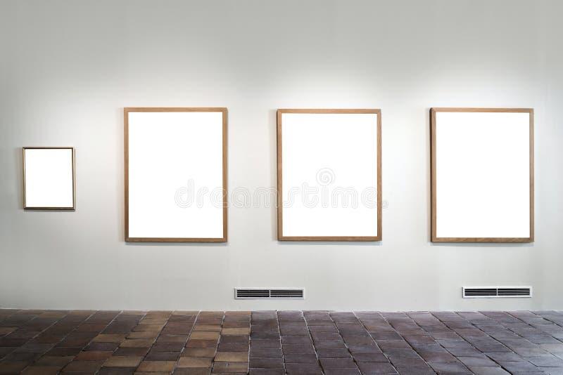 Tomt galleri med tomma ramar arkivfoto