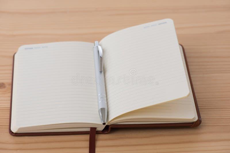 Tomt häfte med pennan arkivbilder