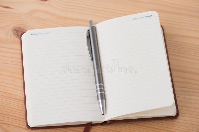 Tomt häfte med pennan royaltyfri bild