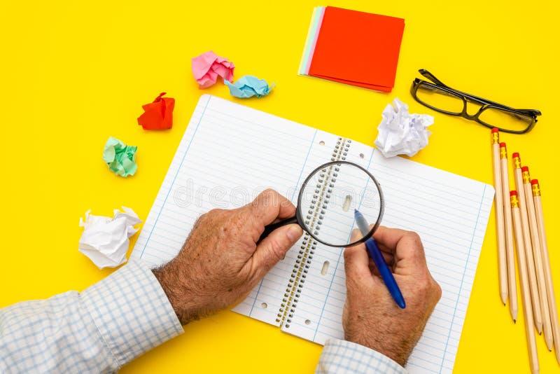Tomt handstilblock f?r id?er och inspiration p? kul?r bakgrund F?rstoringsglas ?verst av notepaden B?sta sikt p? att skriva m?n royaltyfri fotografi
