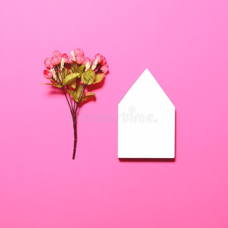 Tomt husformbräde med några blommor - moderiktig tappning lägger framlänges stil för bästa sikt fotografering för bildbyråer