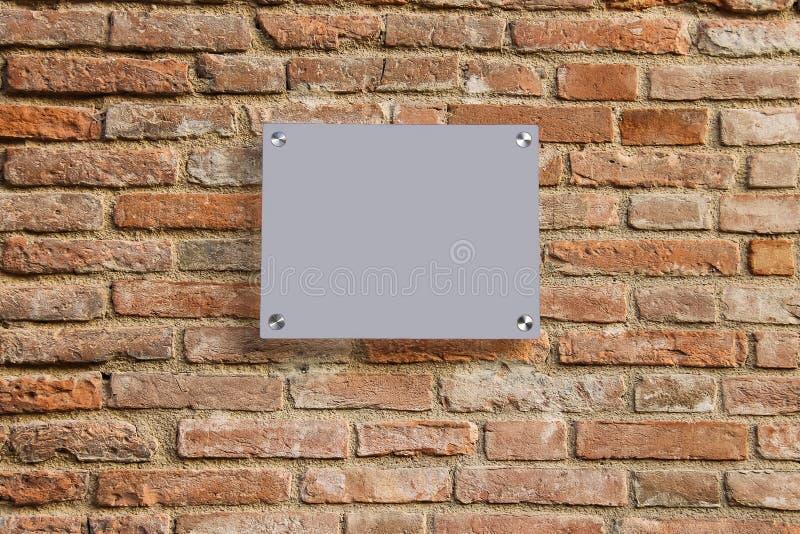 Tomt informationstecken på den gamla tegelstenväggen royaltyfri fotografi