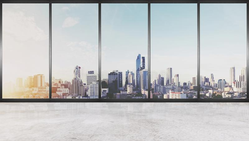 Tomt inre utrymme, konkret golv med glasväggen och moderna byggnader i stadssikten arkivfoton