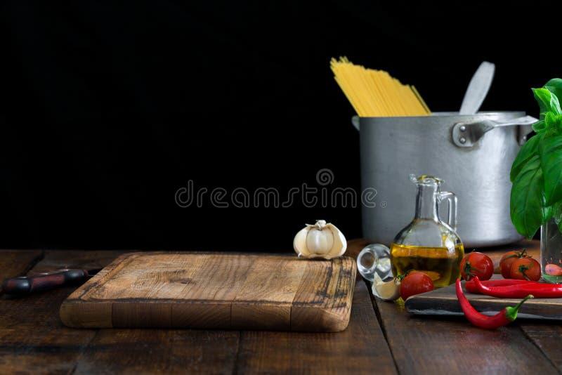 Tomt kökbräde med ingredienser för att laga mat italiensk pasta royaltyfria bilder