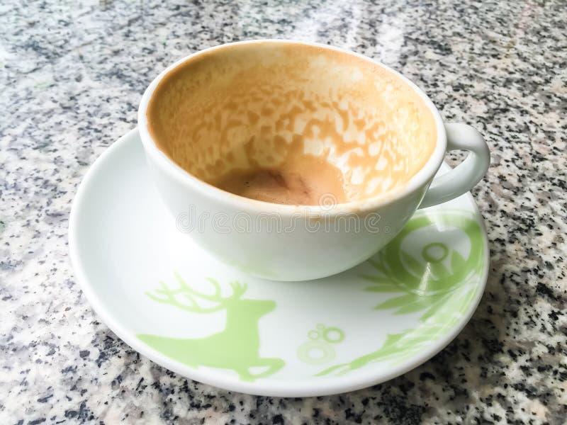 Tomt kaffe på tabellen arkivbilder