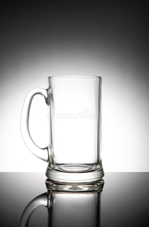 Tomt klart öl rånar, isolerat på vit bakgrund arkivfoton