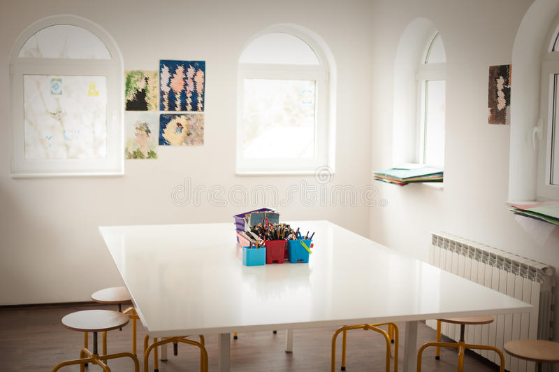 Tomt klassrum för att dra i grundskola för barn mellan 5 och 11 år royaltyfri foto