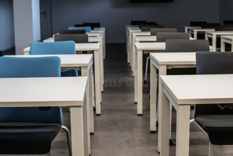 Tomt klassrum H?gstadium eller universitetskrivbord eller tabell med en penna ?verst arkivfoto