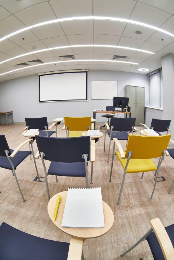 Tomt klassrum med Ñ-hår och notepads royaltyfri bild