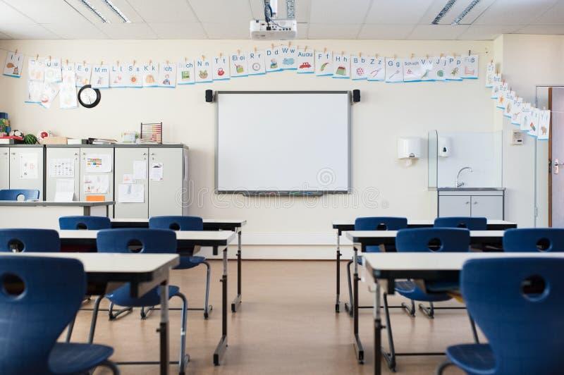 Tomt klassrum med whiteboard arkivbild