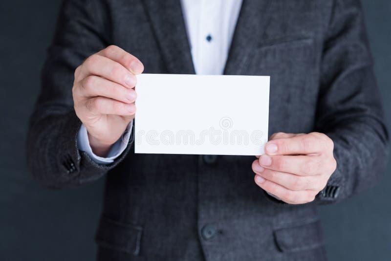 Tomt tomt kort för affär för vitbokmanhänder royaltyfri bild