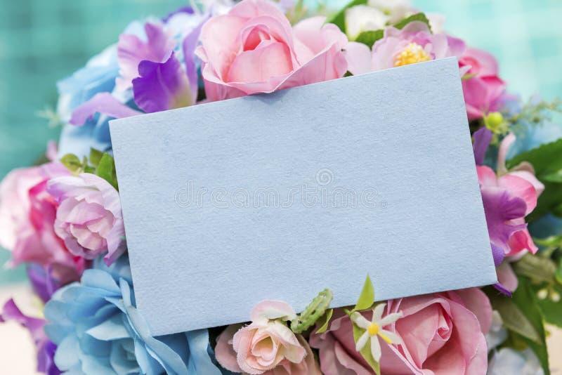 Tomt kort för hälsningpappersblått på färgrik blommabukett arkivfoton