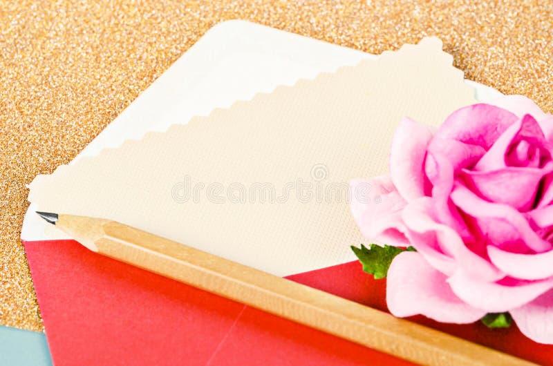 Tomt kort i bokstav av valentin med rosa färgrosen arkivbilder