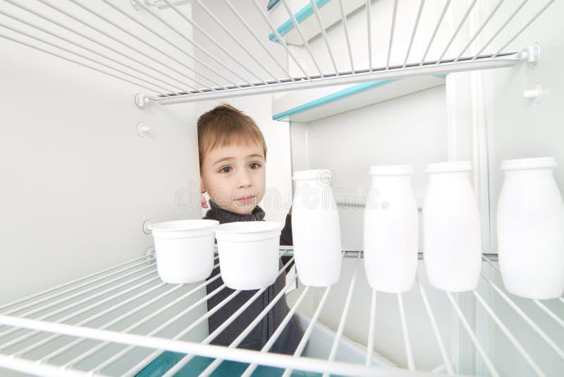 tomt kylskåp för pojke royaltyfri foto