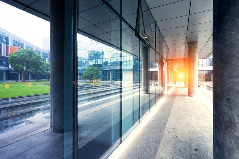tomt långt modernt kontor för byggnadskorridor royaltyfri foto
