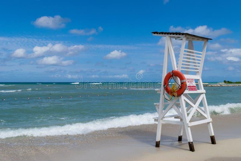 Tomt livräddarestol/torn på den tropiska stranden arkivfoto