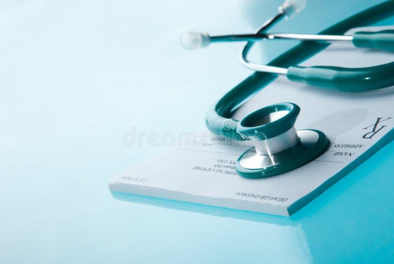 Tomt medicinskt recept med en stetoskop royaltyfri foto